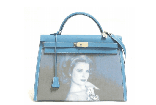 Sac Kelly 40 cm en veau Epsom bleu jean, Hermès Paris, décor textile imprimé  en sérigraphie d'un portrait de Grace Kelly de 1954, made in France, pièce  unique, 2007 (estimation : 60 000 – 80 000 € / 83 000 – 110 000 $).