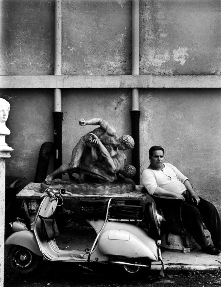 William Klein, Guardiano di Cinecittà. Roma, 1956 © William Klein