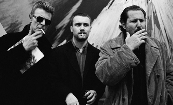 Roxanne Lowit, David Bowie, Damien Hirst, and Julian Schnabel (1994). Photo: Roxanne Lowit, courtesy Kaune, Sudendorg Gallery, Cologne.