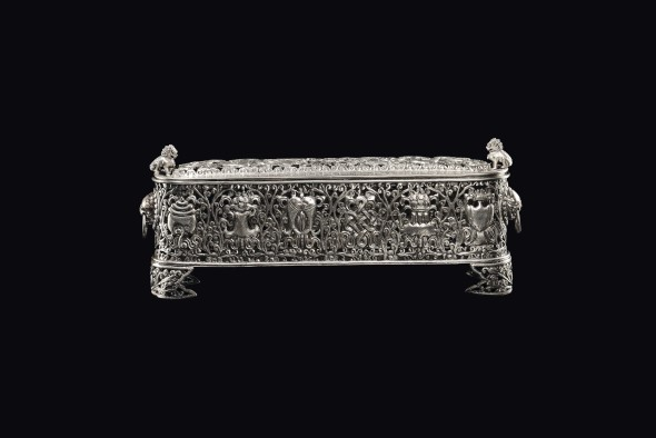 Scatola in argento sbalzato e traforato con motivi floreali e di draghi, Cina, Dinastia Qing, XVIII - XIX secolo 13x33x7,5 cm – 1220 g. An embossed silver and fretworked box with floral motifs and dragons, China, Qing Dynasty, 18th-19th century 银盒,浮雕巨龙和花卉,中国,清朝,十八至十九世纪 银盒,浮雕巨龙和花卉, € 1.700 - 2.000