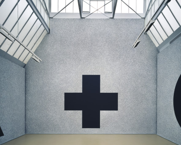 Sol LeWitt, Wall Drawing #343g. On a black wall, a cross within a square. The background is filled in solid white. The figure is black, 2013 Pinault Collection Installation view, Paris, 14/16 Verneuil - Marc Blondeau, Sol Le Witt- 25 years of Wall Drawings 1969-1994, 8 Oct-17 Dec 1994 © Sol LeWitt by SIAE 2016