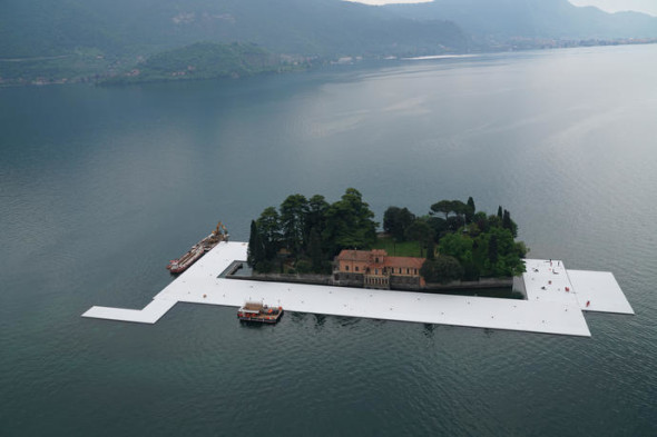Workers start to encircle the island of San Paolo with the first floating elements, April 2016 Photo: Wolfgang Volz
