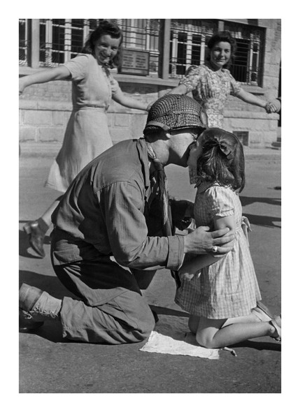 kiss of liberation, 1944 courtesy by Tony Vaccaro Studio