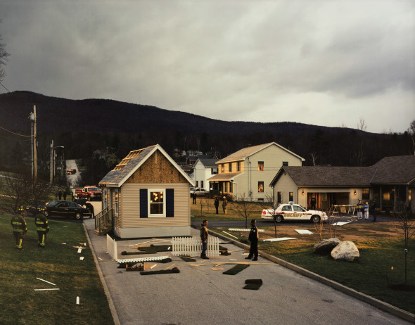 75 Gregory Crewdson (1962) Untitled (hoUse in the road), 2002 Stampa digitale a colori montata su alluminio. Firmata e numerata 1/10 sull'etichetta al verso del montaggio cm 120,6 x 151 Digital c-print, mounted on aluminum. Signed and numbered 1/10 on the label on the verso of the mount. Edition 5/10 in the permanent collection at the Orlando Museum of Art. *** Esemplare 5/10 in collezione permanente al Orlando Museum of Art, Florida, USA PROVENIENZA: Luhring Augustine Gallery, New York; Sotheby's, Contemporary Art, New York 21 September, 2012 ESPOSIZIONI: Dallas Museum of Art, Fast Forward: Contemporary Collections for the Dallas Museum of Art, febbraio - maggio 2007; Phoenix, Phoenix Art Museum, Summer Breeze: Selections from the Contemporary Collection, agosto - novembre 2008 (un altro esemplare); Dallas Museum of Art, Performance/Art, settembre 2009 - marzo 2010 BIBILIOGRAFIA: Rick Moody, Twilight: Photographs by Gregory Crewdson, New York, 2002, pl. 21, pp. 44-45 30 €18000 - €20000