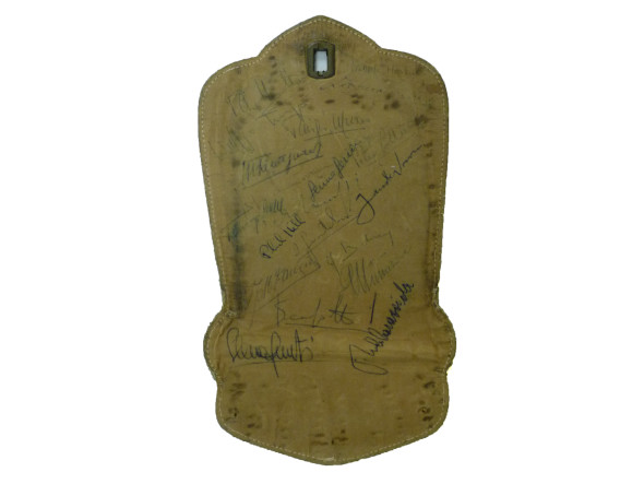 Pannello in pelle (staccato da una borsa) con autografi. Notati R. Caracciola, G. Munaron, P. Hill, M. Trintignan, L. Musso, P. Taruffi, L. Scarfiotti, P. Collins, W. Von Trips, G. Gerini, J. M. Fangio, J. Behra, S. Mantovani, M. Hawthorn L. MUSSO                                                                                                                                  Leather panel (from a bag) with autographes. Noticed R. Caracciola, G. Munaron, P. Hill, M. Trintignan, L. Musso, P. Taruffi, L. Scarfiotti, P. Collins, W. Von Trips, G. Gerini, J. M. Fangio, J. Behra, S. Mantovani, M. Hawthorn