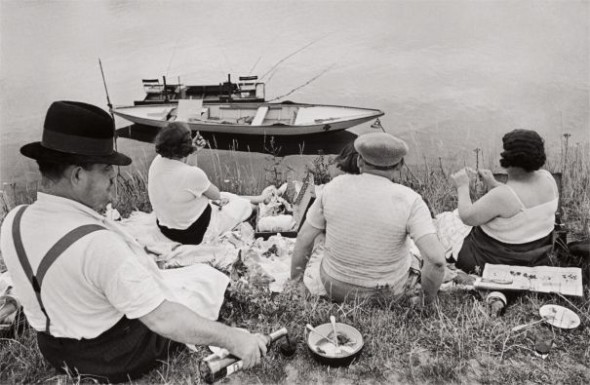 Lotto  32 Henri Cartier-Bresson, Sunday on the banks of the Seine, 1938 $8,000-12,000 $35,000 £26,198/€29,768