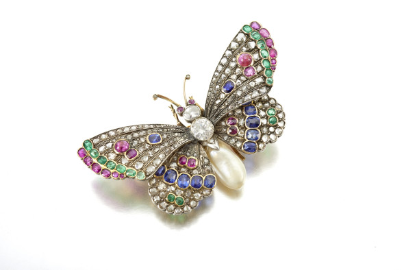 Butterfly brooch designed as a butterfly, gem set with emerald, ruby, sapphire and diamonds, the body with a natural pearl, gross weight approximately 22 grams EST. € 3.000 - € 5.000