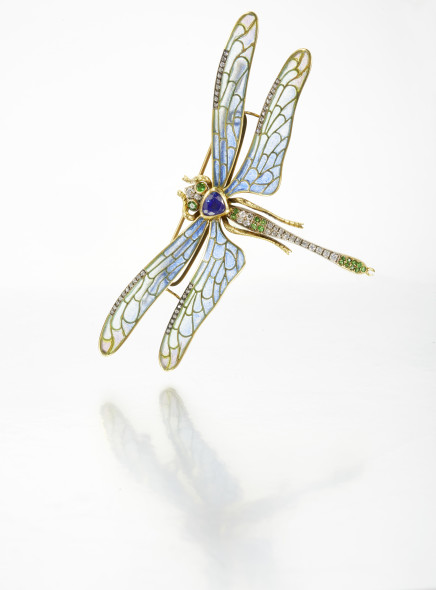 Dragonfly brooch designed as a dragonfly, body of a heart shaped sapphire, head and tail highlighted with round emeralds and diamonds, the wings applied with plique-à-jour enamel and set with diamonds, gross weight approximately 26 grams EST. € 3.000 - € 5.000