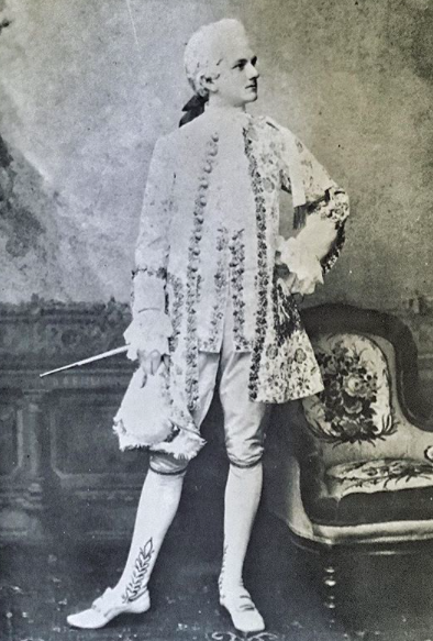 Raymond_et_des_palmes-instagram-raymond-at-the-age-of-17-dressed-as-marquis-louis-xv