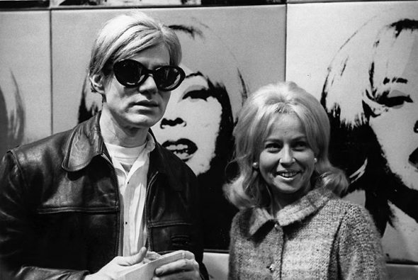 Holly Solomon e Andy Warhol (1966) di fronte al ritratto di Holly. Courtesy Christie's.