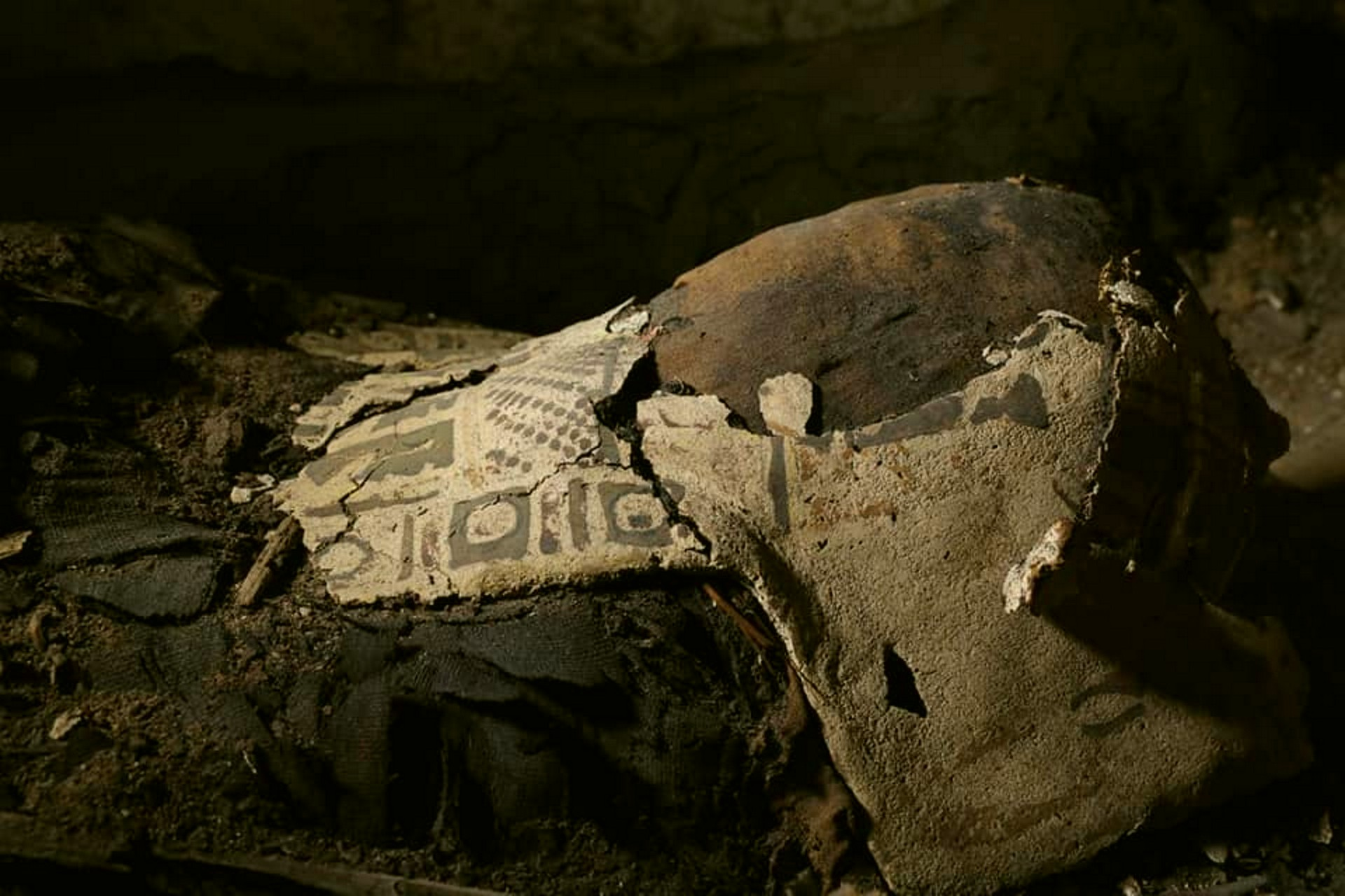 Le mummie trovate a Minya, nella necropoli di Tuna el-Gebel (foto Facebook Ministry of Antiquities)