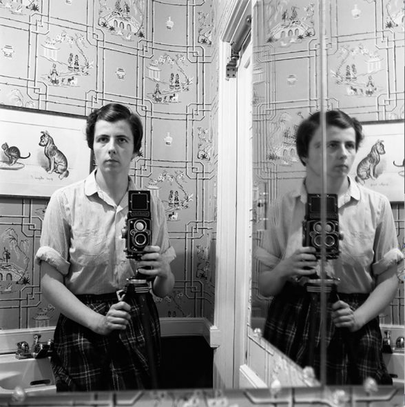 Vivian Maier, The Self-portrait and its Double_Magazzino delle Idee, Trieste, mostra realizzata da ERPAC 1955_Image size: 12×12 inch (30,48 x 30,48 cm)_Paper size: 20×16 inch (50,8 x 40,64 cm) ©Estate of Vivian Maier, Courtesy of Maloof Collection and Howard Greenberg Gallery, NY