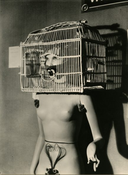 Man Ray. Resurrection des mannequins (Mannequin di André Masson. Mannequin with a bird cage over her head.), 1938/1966. Stampa vintage ai sali d'argento. Cm 43 x 33. Collezione privata, Parma © Man Ray Trust by SIAE 2019.