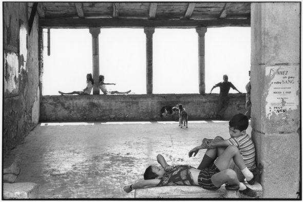 Henri Cartier-Bresson Simiane-la-Rotonde, France, 1969, épreuve gélatino-argentique de 1973 © Fondation Henri Cartier-Bresson / Magnum Photos