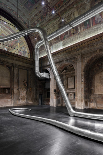 Inge Mahn, The Snake, 2019. Wood and aluminum. Environmental dimentions. Photography by t - space studio. Courtesy of the artist