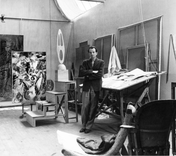 Wolfgang Paalen nel suo studio a San Angel, in Messico, 1947. Foto Walter Reuter, archivio privato Andreas Neufert Copyright Hely Reuter, Messico